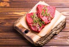 Filet de boeuf cru frais et biftecks marbrés avec l'assaisonnement Photographie stock