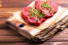 Filet de boeuf cru frais et biftecks marbrés avec l'assaisonnement Images stock