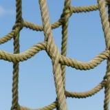 Filet de corde utilisé pour s'élever d'enfants images libres de droits
