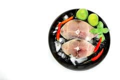 Filet de glissière de maquereau espagnol avec des glaçons sur le plat noir, S Photo stock