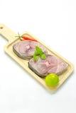 Filet de glissière de maquereau espagnol sur la plaque de découpage, Scomberomorus Image libre de droits
