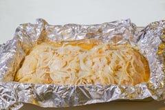Filet de la Turquie à l'oignon, cuit au four dans l'aluminium en four électrique Images stock