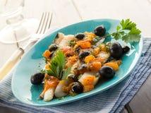 Filet de morue avec les olives noires Photo libre de droits