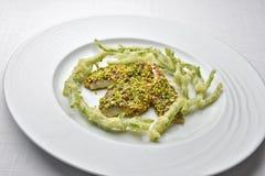 Filet de mulet rouge de poissons de plat couvert d'une croûte avec le Salicornia T de pistaches Photos stock