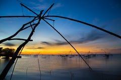 Filet de pêche avec le beau lever de soleil Image stock