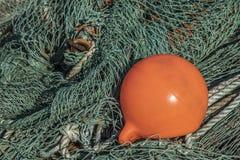 Filet de pêche avec une balise photos libres de droits
