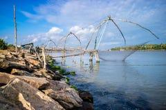 Filet de pêche chinois sur le bord de la mer Images libres de droits