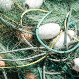 Filet de pêche commercial en nylon embrouillé avec des cordes et des flotteurs Photo libre de droits