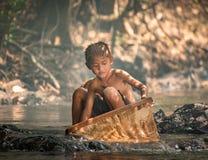 Filet de pêche de garçon Images stock