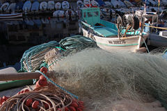 Filet de pêche et bateaux à Marseille image libre de droits