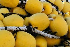 Filet de pêche industriel avec de grands flotteurs jaunes Image stock