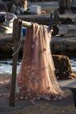 Filet de pêche rouge sur le faisceau Image libre de droits