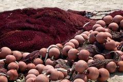 Filet de pêche sur le rivage au port grec Image libre de droits