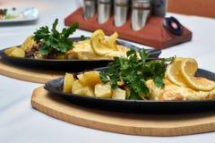 Filet de perche avec les pommes de terre cuites au four Images libres de droits