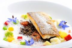 Filet de poisson dinant et blanc fin pané en herbes et épice avec des crevettes Photographie stock