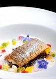 Filet de poisson dinant et blanc fin pané en herbes et épice avec des crevettes Images stock