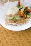 Filet de poisson frais avec le vegetab de Central American de riz de chaux d'ail photos stock