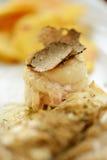 Filet de poissons blancs avec les truffes noires Photo stock