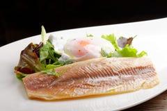 Filet de poissons cuit à la vapeur avec l'oeuf et la salade Photographie stock libre de droits