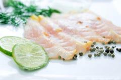 Filet de poissons frais découpé en tranches sur le fond blanc Photographie stock libre de droits