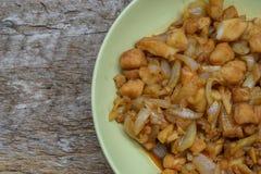 filet de poissons frit aux oignons sur le bois Image libre de droits