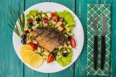 Filet de poissons frit sur un lit de salade de César Fond en bois Vue supérieure photos libres de droits