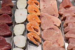Filet de poissons sur un support dans un foodmarket local Photographie stock