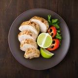Filet de porc coupé en tranches de chaux avec la vue supérieure de salade de légumes Images stock