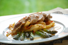 Filet de poulet avec l'asperge Photo stock