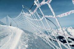 Filet de sécurité sur la descente de ski dans les alpes italiennes Images stock