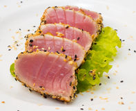 Filet de thon sur le plat blanc avec de la salade et la sauce de soja Images stock