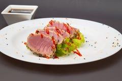Filet de thon sur le plat blanc avec de la salade et la sauce de soja Photos libres de droits