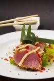 Filet de thon sur le plat blanc avec de la salade et la sauce de soja Photo stock