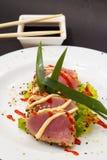 Filet de thon sur le plat blanc avec de la salade et la sauce de soja Images libres de droits