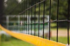Filet de volleyball dans le domaine extérieur de parc photographie stock