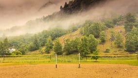 Filet de volleyball en montagnes photographie stock