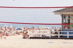 Filet de volleyball sur la plage sablonneuse, jeu d'été image libre de droits