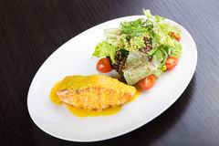 Filet des poissons et du fromage saumonés images stock
