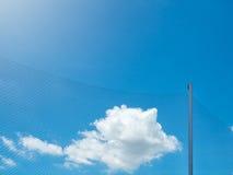 Filet en nylon en plastique avec le poteau sous le ciel bleu Images stock