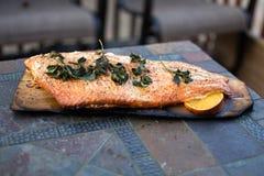 Filet entier saumoné grillé fait maison sur Cedar Plank Photo libre de droits
