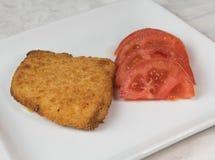 Filet et salade de poisson frais d'un plat blanc image libre de droits