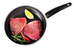 Filet frais cru de thon avec les herbes, le sel et le citron dans une PA faisante frire Images stock