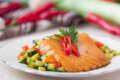Filet frit des saumons rouges de poissons avec les légumes rôtis Images stock