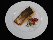 Filet frit par casserole des poissons saumonés images libres de droits