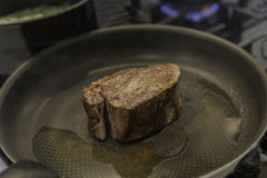 Filet grésillant dans une casserole sur une fraise-mère de gaz Images libres de droits