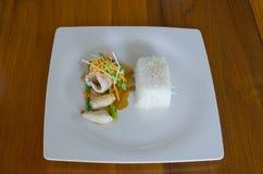 Filet grillé de bar avec de la sauce à teriyaki, service avec le courant Photographie stock libre de droits