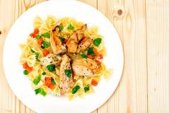 Filet grillé de poulet avec des arcs de pâtes Photo libre de droits