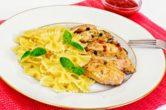 Filet grillé de poulet avec des arcs de pâtes Images stock
