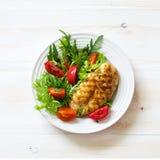 Filet grillé de poulet et salade de légume frais image stock