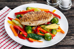 Filet grillé de poulet, sein avec le légume cuit des plats Photos libres de droits